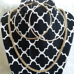NWOT GOLD TONE NECKLACE & EARRING SET